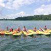 pływanie kajakami po jeziorze