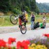 pokazanie zdolności chłopca na rowerze