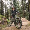 chłopak przy swoim rowerze w lesie
