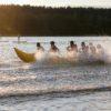 dzieci na bananie na jeziorze