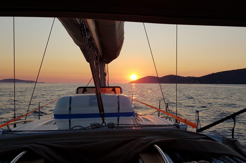 zachód słońca widoczny z łodzi
