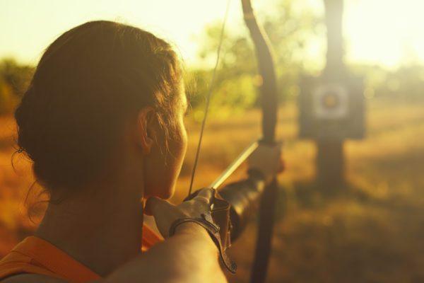 dziewczynka strzela z łuku