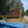 chłopczyk ćwiczący parkour