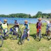 dzieci zwiedzają okolice na rowerach