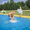 chłopcy próbujący się nauczyć jeździć po wodzie