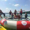 skoki dzieci z trampoliny do wody