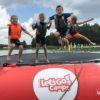 skakanie dzieci na trampolinie