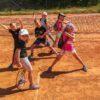 dzieci grające w tenisa