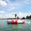 skakanie z trampoliny do wody