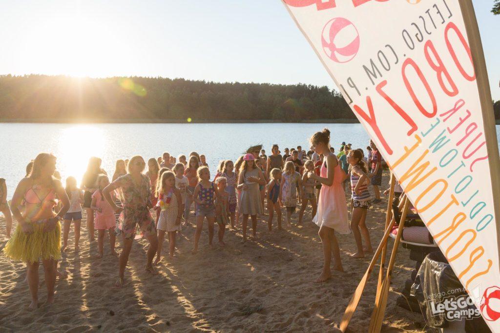 tańce dzieci nad wodą