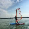 chłopak wykorzystujący pogode na sporty wodne